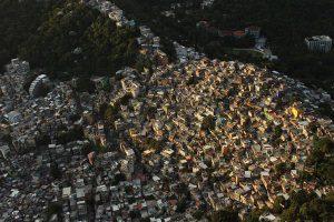 Favela hoonete ja asustusmustrite kujunemisel ei ole arvestatud ehitusseaduste ega -normidega, tekkinud linnaruum on tihe, kitsaste käänuliste teede ja käikudega,  vähese avaliku ruumi ja sageli piiratud avalike teenustega.