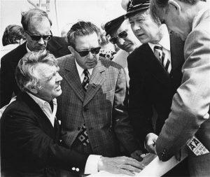 Müncheni olümpiamängude purjeregati (1972) korraldustoimkonna esimees Berthold Beitz Tallinnas ettevalmistust nõustamas. Keskel Ivar Kallion.
