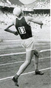 """Hubert Pärnakivi saavutas USA ja NSV Liidu (1959) maavõistlusel Philadelphias 10000 m jooksus teise koha. Repro raamatust """"Legendaarne Hubert Pärnakivi"""" (Greif, Tartu, 2007)."""