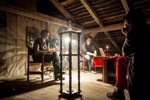 """Kirjandusfestivali """"Prima vista"""" üks eesmärke on tutvustada Tartu linnaruumi. Hetk tänavuse patrooni õhtult Tartu kirjanduse maja pööningul."""