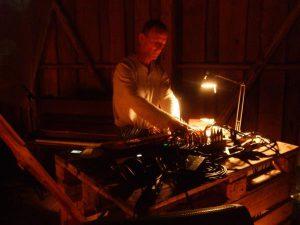 Tom Green alias Another Fine Day elektrikalimba ja live-elektroonikaga teadlikku kuulajaskonda hüpnotiseerimas.