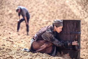 Külatark Leevi (Jekaterina Burdjugova, esiplaanil) on seadnud ranged reeglid, millest üleastumisel ootab kogu küla häda.
