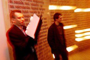 """Märt Väljataga, Lennart Männi ja Rauno Remme totaalne kunstiteos """"Sada tuhat miljardit millenniumisonetti"""" 2000. aastal Tallinna Linnagaleriis."""