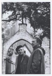 Nõukogude Õpetaja osakonnajuhatajad Ott Raun ja Samuel Mäe Ilumäe kabeli ees  1970. aastate alguses.