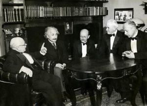Viis nobelisti vestlusringis. Vasakult paremale Walther Nernst (keemiaauhind 1920), Albert Einstein (Nobel teoreetilise füüsika alal 1921) Max Planck (füüsikaauhind 1918), Robert Andrews Millikan (füüsikaauhind 1923) ja Max von Laue (füüsikaauhind 1914).