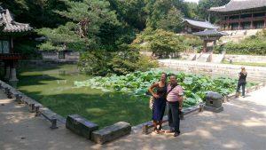Flo Kasearu koos oma tulevase aedniku Hong Kwang-Pyoga. Gwangju biennaal jõuab mõnes mõttes ka Tallinna: septembri lõpul hakkab Korea aednik tööle Kasearu majamuuseumi aias.