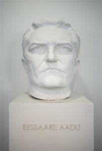 Poeet-revolutsionäär Jaan Anvelti ehk Eessaare Aadu  kipspea ja lugulaul toimisid Tanel Randeri näitusel idaeurooplase identiteedikriisi ja sisemiste vastuolude sümboolsete väljendustena.