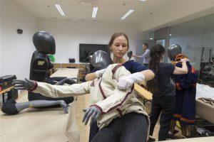 """Näituse kuraatorid Piret Koosa (esiplaanil) ja Svetlana Karm seavad soome-ugri püsinäituse """"Uurali kaja"""" jaoks esinemisvalmis 3D-printeril prinditud mannekeene."""