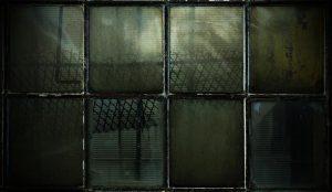 """Peder Brødsted Pedersen """"Läbiakna"""": kahel fotol on kujutatud vihmamärga aknaklaasi, kust ei peegeldu enam midagi."""