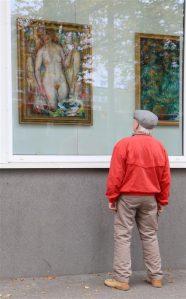 Nooruse galerii aknaekspositsioon on möödujate huvi keskmes.