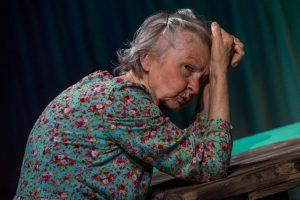 Lavastuse helgeim tegelane on Ester Pajusoo vana naine.