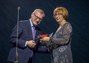 Eesti Muusikanõukogu esimees Peep Lassmann annab Tiina Mattisenile preemia.