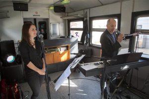 ERSO muusikud said muusikapäeval Telliskivi loomelinnakus esineda üsna tavatutes tingimustes. Mari-Katrina ja Kaido Suss astusid üles rongivagunisse rajatud Peatuses.