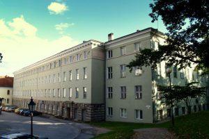 Tartu ülikooli vana keemiahoone, ruum 414 asus viimasel korrusel, aknad Toomemäe poole.