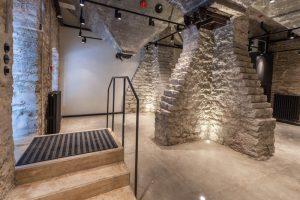 Rotermanni elevaatorihoone restaureerimine näitab, et nüüdisaegne kasutus ja arhitektuurselt nauditav lahendus on võimalik leida isegi hoonele, millel puuduvad aknad ning siseruumi liigendavad massiivsed tugisambad ja viljamahutid. Rotermanni tehase elevaatorihoone puhul võib esile tuua nii KOKO Arhitektide kvaliteetset projekti kui ka Oma Ehitaja ehitustööd. Omanik: Rotermann City, eritingimused: Eensalu ja Pihel, muinsuskaitseline järelevalve: Tiina Meus.