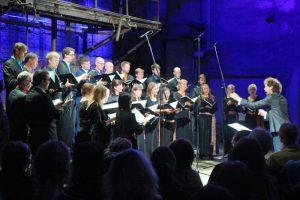 Collegium Musicale oma 6. sünnipäeval dirigent Endrik Üksväravaga.