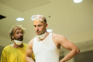 Siwa ja Beat (Meelis Rämmeld  ja Sten Karpov) üritavad puuvilla ja kõlbmatute relvadega äri teha, sest raha on hädasti vaja.
