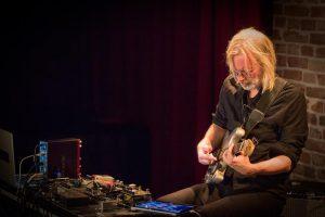 Norra kitarrist Eivind Aarset väänas kitarrist saadud impulsse läbi arvuti imelisteks võngeteks.