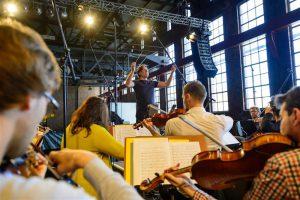 Läänemere Filharmoonikute kontsertide improvisatoorne loomus nõuab muretut väljenduslaadide vaheldust igas proovis  ja igal kontserdil.
