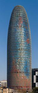 """Romaani """"Varaste tänav"""" marokolasest peategelane Lakhdar loodab jõuda tõotatud maale, mille tohutu energia sümboliks peab ta Barcelonas kõrguvat hiiglaslikku fallost TorreAgbari."""