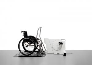 Fleximoover on tootedisaini auhinna Bruno äramärgitud töö elu muutva disaini kategoorias. Fleiximoover on intelligentne taastusraviseade, mis on mõeldud liikumispuudega inimeste lihaskonna ja vereringe toonuse hoidmiseks. Seadme õhukese korpuse tõttu sobib see ka väikestele lastele. Unikaalne jalgadevaheline kiil tagab jalgade õige ja ohutu liikumise. Intelligentne juhtimissüsteem kontrollib patsiendi jalgade tööd, tunneb ära krambid ja reageerib neile. Seadet saab kasutada nii ratastoolis kui ka spetsiaalses lamamistoolis, mis tagab parima kehaasendi. Autorid MartinPärn, AivoArusaar, JannoNõu, KasparTorn ja SvenSõrmus disainibüroost Iseasi. Tootja Fleximed.