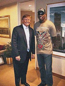 Donald Trump kuulsa korvpalluri Dennis Rodmaniga.