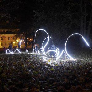 """Tartu kunstikooli installatsioon """"Tunne(l) läbi Tartu"""" Tava festivali valgusteljel viis valguse ja heli vahendusel jalutuskäigule läbi linna."""