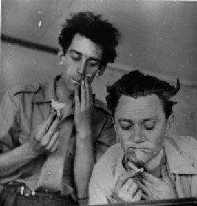 KarlRistikivi sõbratunded olid võrreldamatult temperamentsemad, kui oleks võinud eeldada tema kui klassiku teatava väljavalituse tõttu. Pildil Karl Ristikivi (paremal) koos oma sõbra Lembit Mudaga habet ajamas.