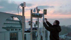 """Mathias Judi ja Christoph Wachteri teos """"Kas sa kuuled mind"""" kujutas endast Berliinis Šveitsi saatkonna katusele rajatud vaba wifi-ala, mille kaudu kõik soovijad said sõnumeid postitada."""