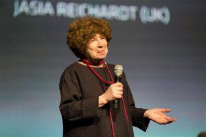 Tänavu tunnustati Golden Nicaga kuraatorit ja kunstiteadlast Jasia Reichardtit, kelle algatusel jõudsid 1960ndate lõpus esimest korda näitusesaali kunst ja tehnoloogia.