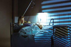 Emma (Evelin Võigemast) elas oma elu lahedamaid aastaid. Nüüd on ta võõrutusravikliinikus.