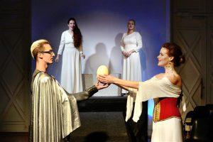Hetk I vaatusest: armunud Dido (Kadi Jürgens) võtab vastu Aenease (Kristjan Jaanek Mölder) abieluettepaneku. Tagaplaanil Belinda (Siiri Johanson, vasakul) ja II naine (Grete Oolberg).