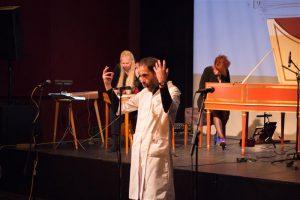 """""""Hullunud Tartu"""" korraldaja Jaan Malin kannab endas dadaistlikku vaimsust. Seekord esitas ta häälutusi koos Una Corda muusikutega."""