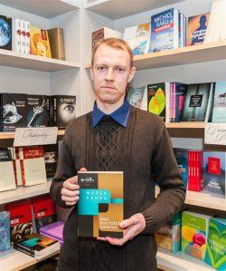 """Marek Kahro romaan """"Seal, kus näkid laulavad"""" tunnistati hiljaaegu ka Bernard Kangro nimelise kirjanduspreemia vääriliseks."""