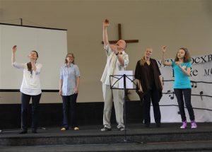 Kurtide viipelauluansambel Tallinnas viipekeelsel jumalateenistusel.