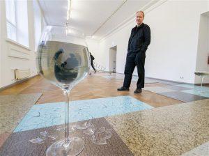 Kęstutis Kuizinas Tallinna Kunstihoones taani kunstniku Nina Beieri hõrgu ruumiinstallatsiooni taustal.