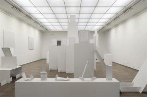 """Belgia kunstnike Jos de Gruyteri ja Harald Thysi ruumiinstallatsioon """"Valge suprematism"""" oli Vilniuse Kaasaegse Kunsti Keskuses väljas 15. IV – 29. V."""