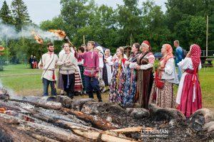 Vene noored jaanitulel Vanamõisas.