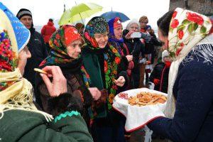 Folkloorinõukogu vastlapäeva toitude pakkumine.