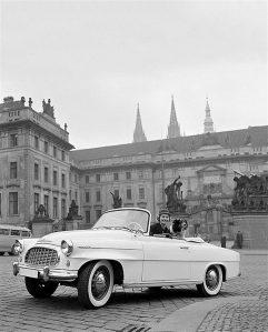 Tšehhi majandus on teiste Visegrádi neliku riikidega võrreldes siiski omaette kategooria: tugevam kõrgtehnoloogiaga seotud komponent, ülejäänud nelikust suuremad palgad. Pildil USA 1957. aasta miss Charlotte Sheffield sõitmas Škoda 450ga.