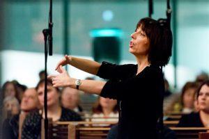"""Üks kontserdi """"Veel"""" kunstilisi juhte Ingrid Kõrvits Tallinna muusikakeskkooli noortekoori ees."""