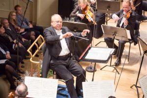 """Neeme Järvi jätkab 2020. aastani ERSO peadirigendina. Fotol juhatab ta Richard Straussi süiti """"Kodanlasest aadlimees""""."""
