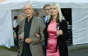 Äsja Eesti ja Euroopa kriise lahkava romaani avaldanud Mihkel Mutt koos abikaasa Tiina Tammetaluga suvel Kadrioru roosiaias.