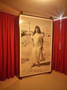 """Tänavuse """"Manifesta"""" põhiosa moodustasid kunstnike sekkuvad projektid. Zürichi Rothausis Teresa Margollese hotellituppa, kus algselt kavandatud seksitöötajate pokkerilaua asemel seisis monument Mexicos hukkunud transnaisele."""