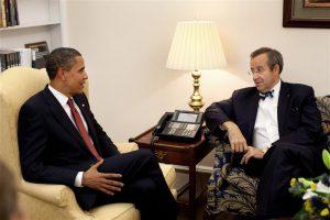 Täiesti uskumatuna tundub THI esmane keeldumine telefonikõnest president  Obamaga Ukraina kriisi haripunktis, kuuldes, et too soovib seda teha telefonikonverentsina kõigi kolme Balti presidendiga. Pildil Ilvese kohtumine Obamaga 2009. aasta juulis.