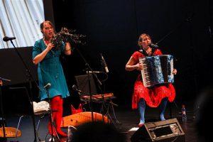 """Perekontserdil """"Upa-upa-ubinakõnõ"""" tutvustati nii ootuspäraseid kui ka ootamatuid helitekkeallikaid. Fotol Mari Kalkun ja Tuulikki Bartosik."""