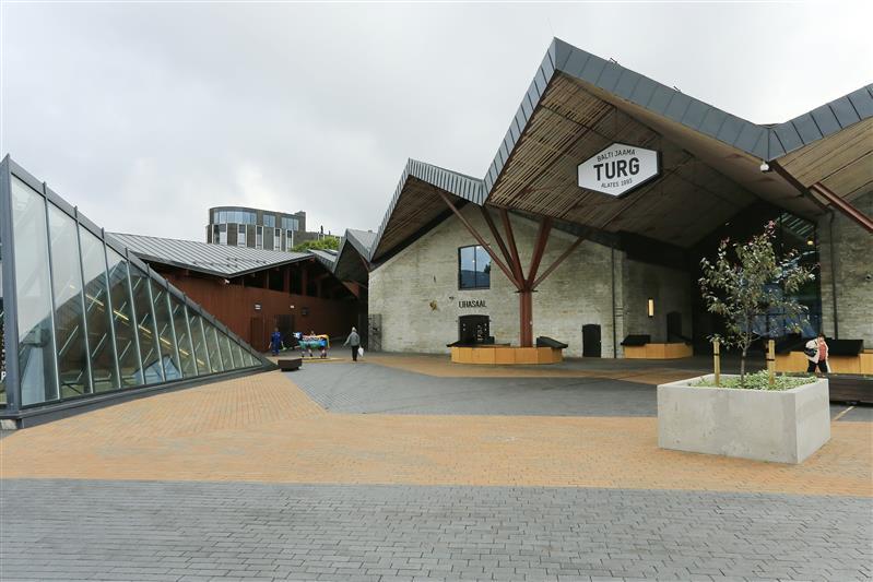 dc8763527e0 Uue turu signatuur on siksakiline katusemaastik, mis lähtub vanade  turuhoonete viilkatustest ning toetub kuueharulistele roostekarva  metallpostidele.