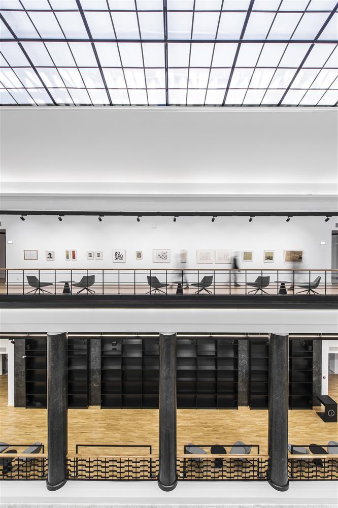 6dcd48cfc17 Minimalistlikud vormid ja must-hall-valge värviskaala tõstavad esile  inimesed, raamatud ja ruumiesteetika.