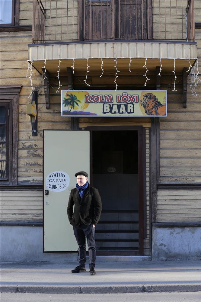 """ad4c93b0a03 Kirjanik Martin Algus Tallinnas Kolme Lõvi baari ees, mis on üks tema  romaani """"Midagi tõelist"""" tegevuspaiku."""